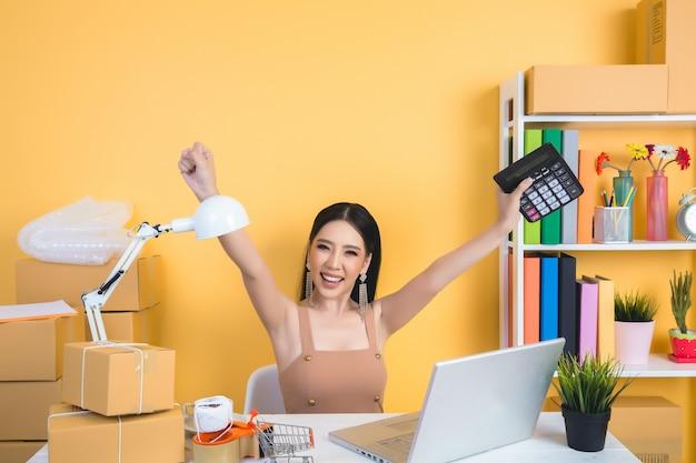 Imprenditore che lavora a casa imballaggi per ufficio. Foto Gratuite