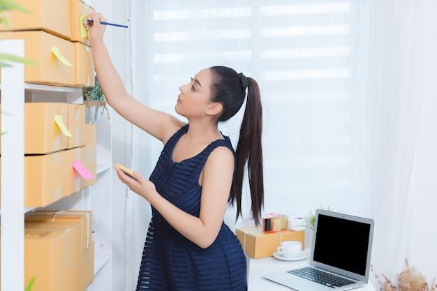 Imprenditore che lavora a casa ufficio Foto Gratuite