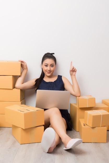 Imprenditore che lavora con scatole Foto Gratuite