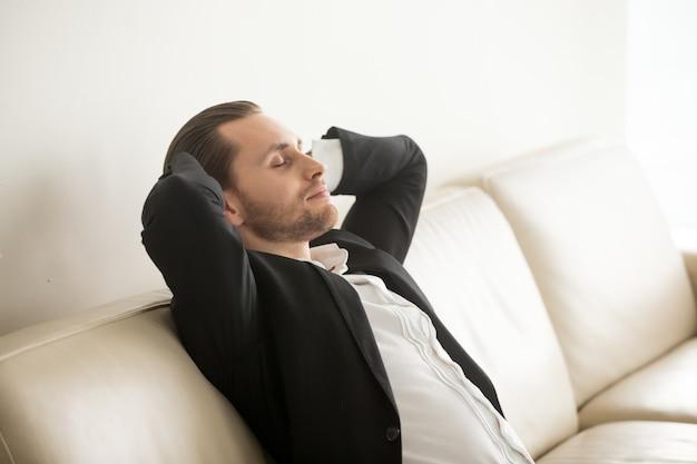 Imprenditore che riposa a casa dopo una giornata difficile Foto Gratuite