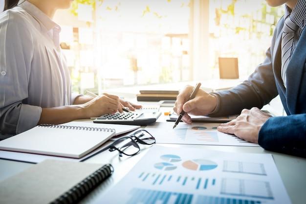 Imprenditore finanziario e segretario che fa rapporto, calcolo o controllo equilibrio. documento di controllo dell'ispettore interno del servizio di revenue. concetto di audit Foto Gratuite