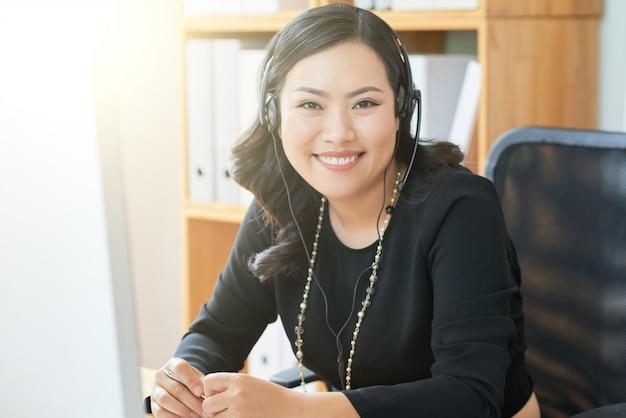 Imprenditrice che lavora in ufficio Foto Gratuite