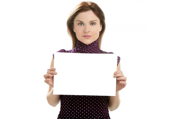 Imprenditrice con cartello bianco nelle mani Foto Premium