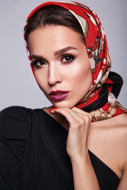 Imprenditrice in abito nero con trucco sera e labbra colorate in scialle rosso Foto Gratuite