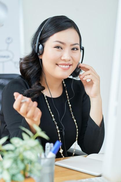 Imprenditrice in ufficio Foto Gratuite
