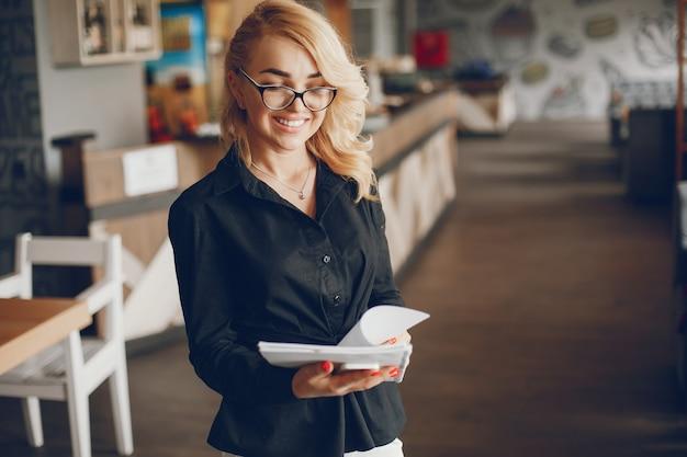 Imprenditrice in un caffe Foto Gratuite