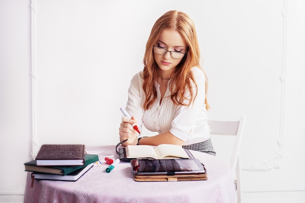 Imprenditrice nel pensare al lavoro. Foto Premium