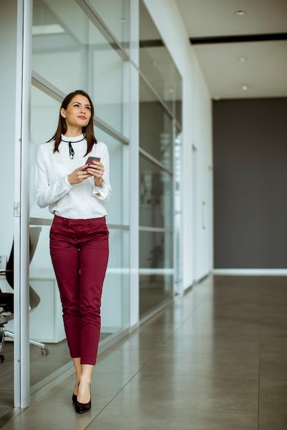 Imprenditrice parlando al telefono cellulare Foto Premium