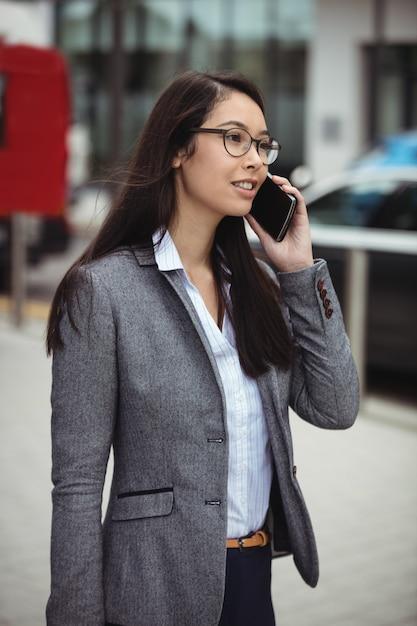 Imprenditrice parlando sul cellulare Foto Gratuite