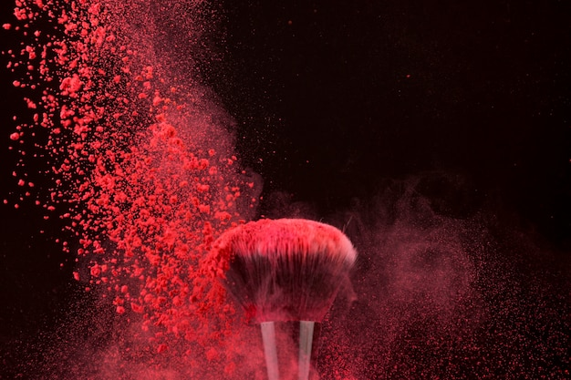 Impressionante pennello dai colori vivaci e polvere che cade Foto Gratuite
