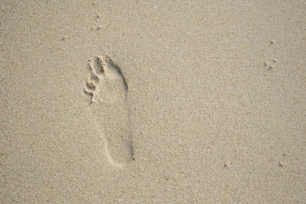 Impronte sulla spiaggia in vacanza Foto Premium