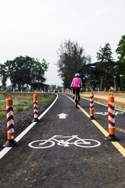 In bicicletta per la salute lungo la pista ciclabile Foto Premium