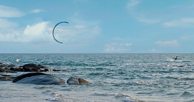In spiaggia c'è il windsurf. seguendo la brezza marina Foto Premium