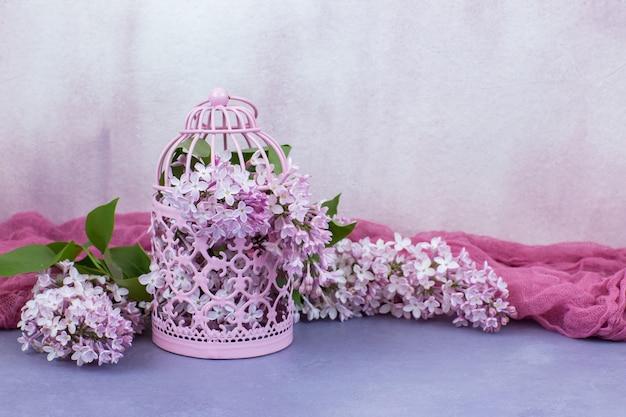 In una gabbia rosa rosa lilla Foto Premium