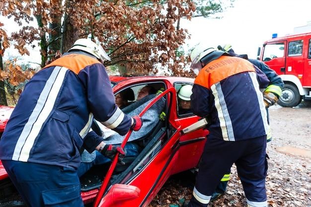 Incidente, i vigili del fuoco salvano la vittima di un'auto Foto Premium