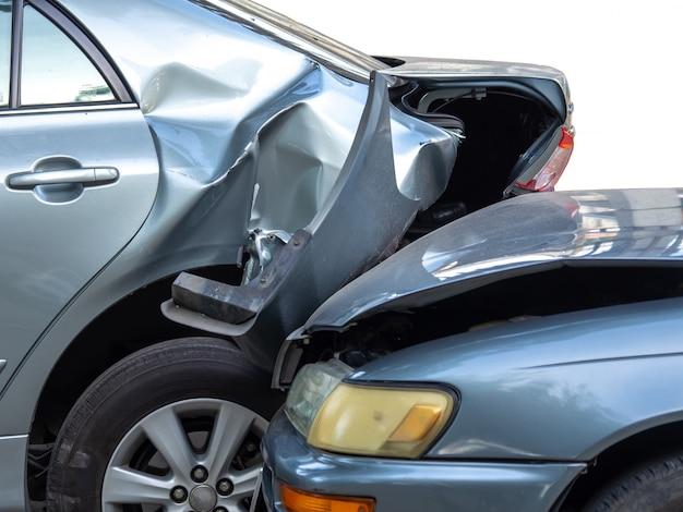 Incidente stradale in strada con relitto e automobili danneggiate. Foto Premium