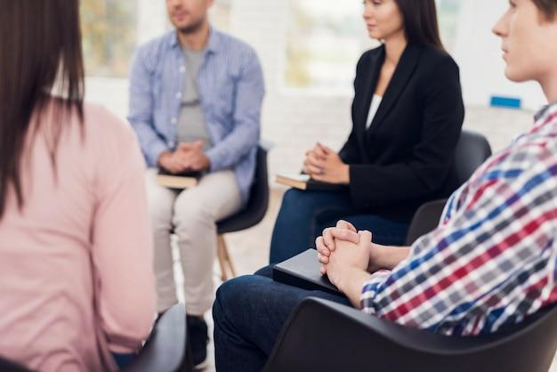 Incontrare persone in terapia di gruppo. riunione del gruppo di supporto. Foto Premium