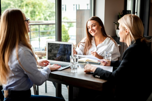 Incontro di lavoro aziendale con donne Foto Gratuite