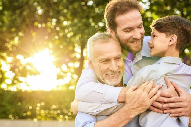Incontro familiare. figlio nipote e vecchi abbracci. Foto Premium