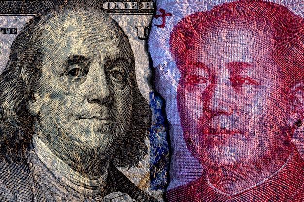 Incrinato di faccia a faccia della banconota da un dollaro americano e della banconota in cina Foto Premium