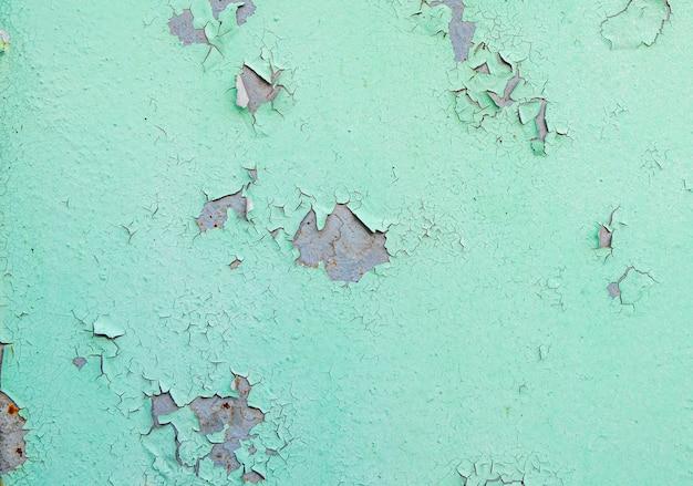 Incrinato e sbucciato della vernice di colore verde su acciaio con struttura e fondo arrugginiti Foto Premium