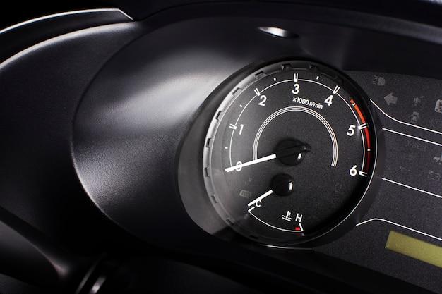Indicatore di giri, contagiri con 6000 giri / min e indicatore di livello carburante. Foto Premium