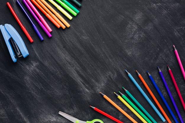 Indicatori colorati e matite su sfondo grigio Foto Gratuite
