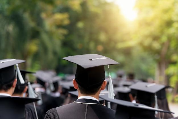 Indietro dei laureati durante l'inizio all'università Foto Premium