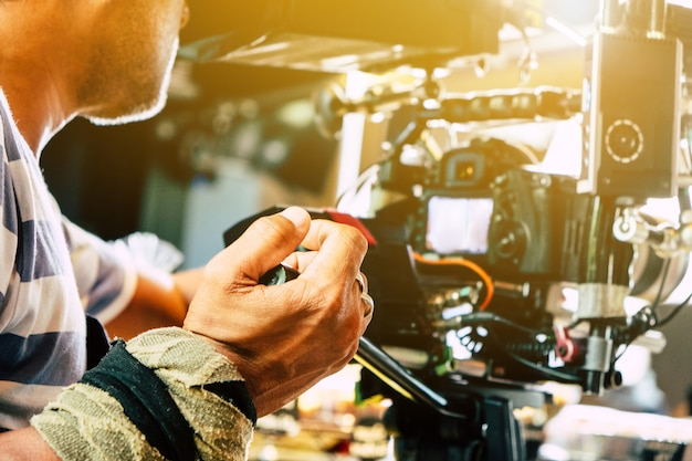 Industria cinematografica. cameraman riprese di film con telecamera Foto Premium