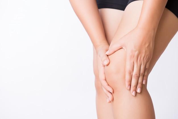 Infortunio al ginocchio sportivo runner. giovane donna del primo piano nel dolore del ginocchio mentre correndo Foto Premium