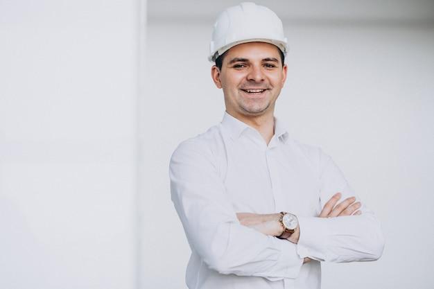 Ingegnere bello dell'uomo di affari in casco in una costruzione Foto Gratuite