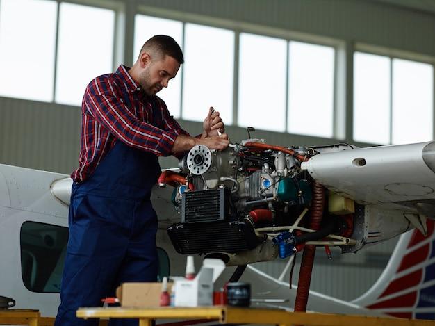 Ingegnere che lavora con un aeroplano Foto Gratuite