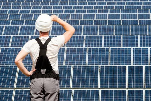 Ingegnere di pannelli solari in botte bianca Foto Premium