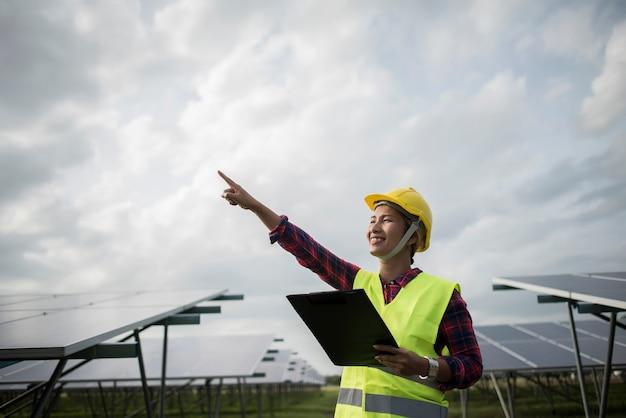 Ingegnere donna elettrica di controllo e manutenzione di celle solari. Foto Gratuite