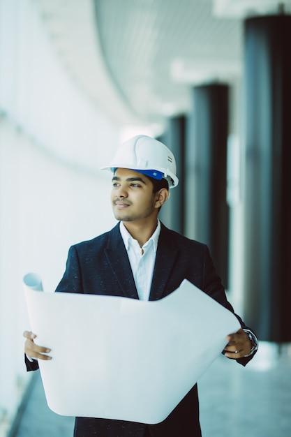 Ingegnere indiano al lavoro in un cantiere Foto Gratuite