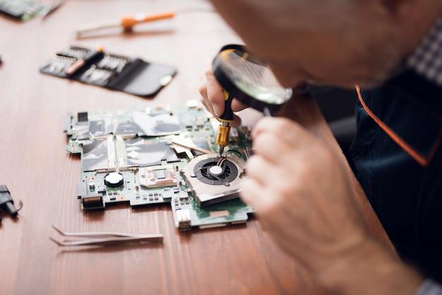 Ingegnere tecnico lavora in lenti di ingrandimento testa. Foto Premium