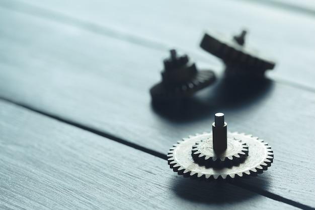 Ingranaggi sulla superficie in legno scuro Foto Premium