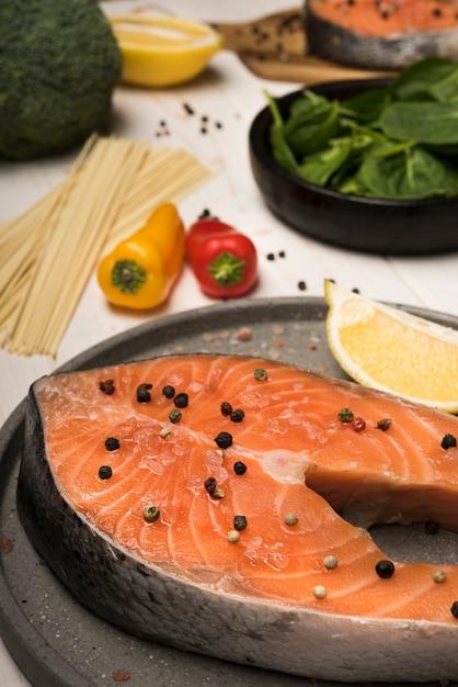 Ingredienti ad alto angolo con bistecca di salmone Foto Gratuite