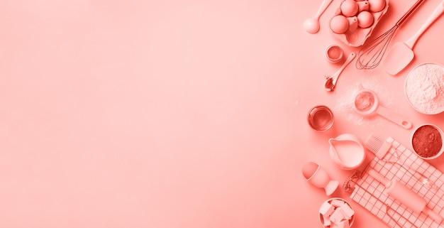 Ingredienti del forno sopra il fondo di colore di corallo. vista dall'alto, copia spazio. disteso Foto Premium