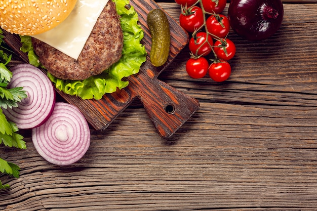 Ingredienti dell'hamburger del primo piano sul tagliere Foto Gratuite