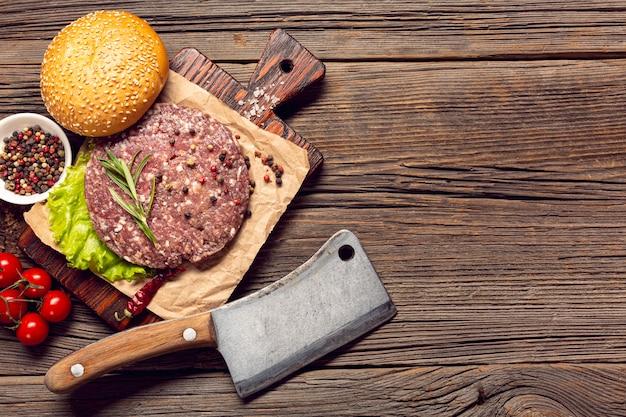 Ingredienti dell'hamburger di vista superiore sulla tavola di legno Foto Gratuite