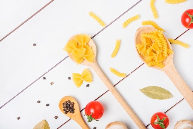 Ingredienti della pasta sul tavolo di legno bianco Foto Gratuite