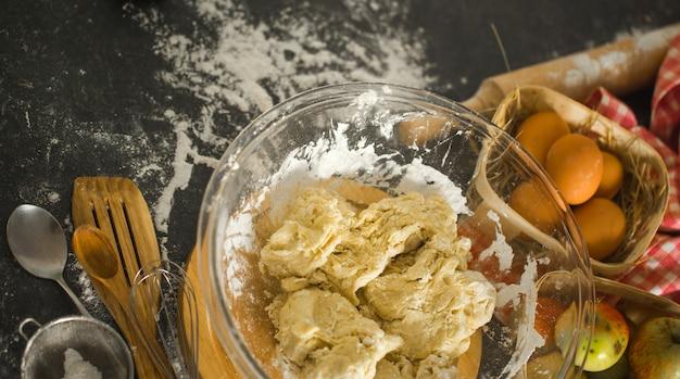Ingredienti di cottura sul tavolo della cucina. vista dall'alto. Foto Gratuite