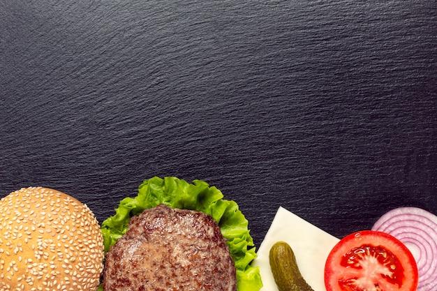 Ingredienti di hamburger piatto laici con lo spazio della copia Foto Gratuite