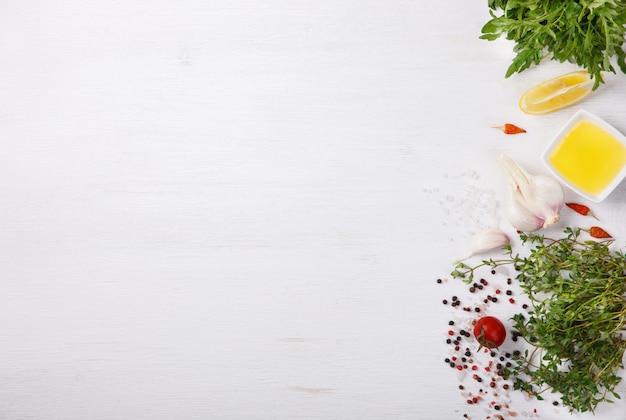 Ingredienti e spezie freschi di cottura. vegetariano Foto Premium