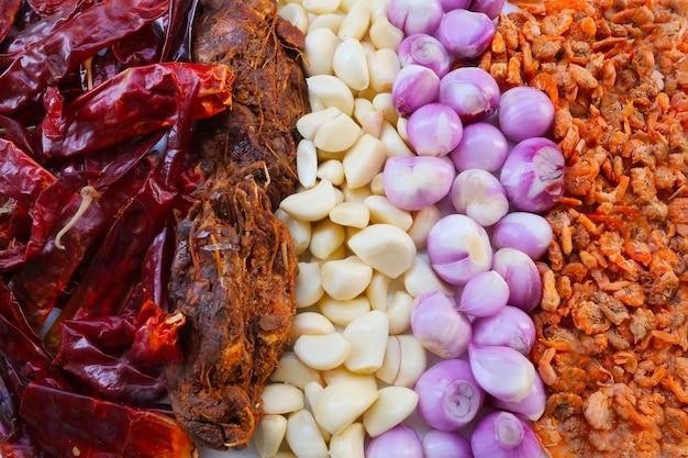 Ingredienti erbacei e speziati per preparare cibo tailandese Foto Premium