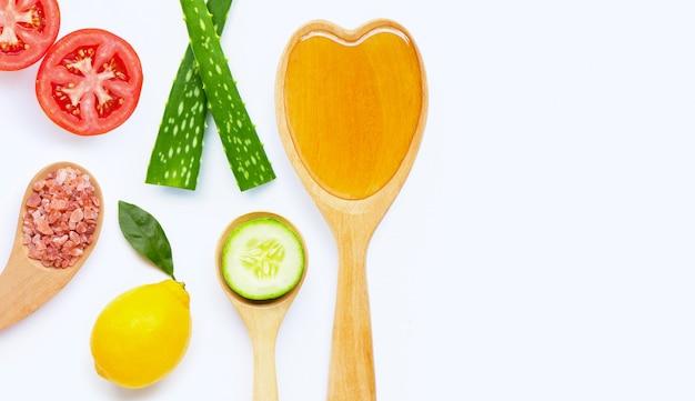 Ingredienti naturali per la cura della pelle fatta in casa su bianco. Foto Premium