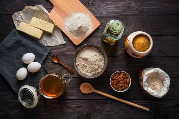 Ingredienti per cottura su una vista del piano del tavolo in legno Foto Premium