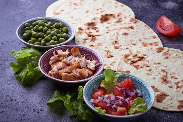 Ingredienti per cucinare tacos messicani. messa a fuoco selettiva Foto Premium