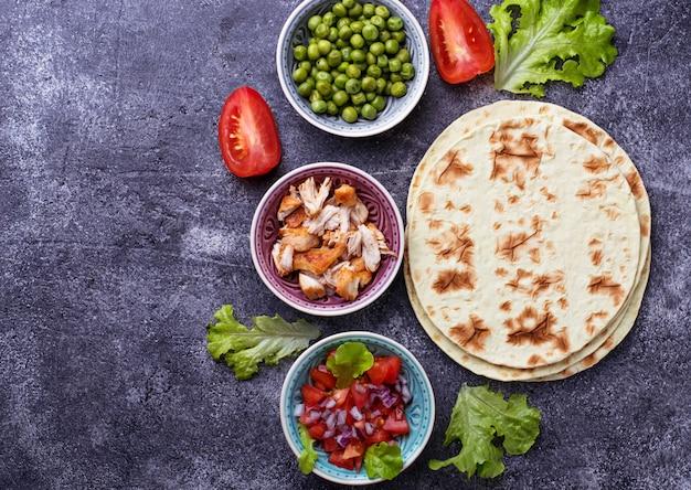 Ingredienti per cucinare tacos messicani Foto Premium